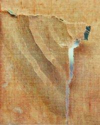 Achterkant voor restauratie, haakse scheur en gedeformeerd doek.
